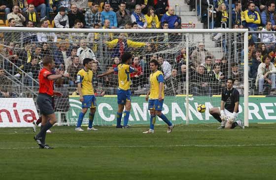 Los jugadores caditas lamentan uno de los tantos del Levante.  Foto: José Braza