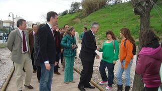 José Antonio Griñán saluda a unas jóvenes que paseaban por el parque.
