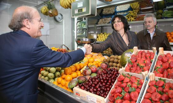 Pedro Rodríguez saluda a dos placeros en las nuevas instalaciones.  Foto: Espínola