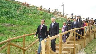 El presidente de la Junta estuvo acompañado a lo largo del recorrido por el alcalde de Salteras, Antonio Valverde Macías; la consejera de Medio Ambiente, Cinta Castillo; y la delegada del Gobierno en Sevilla, Carmen Tovar.