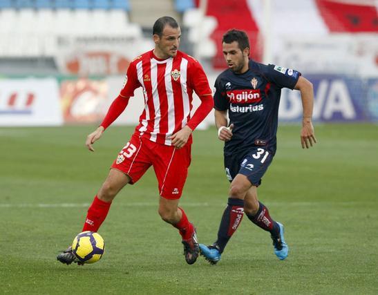 Victoria épica para el Almería que jugó en inferioridad y remontó. / EFE