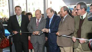 El alcalde de Huelva, en el corte de la cinta del nuevo mercado.  Foto: Espínola