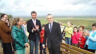 El presidente de la Junta de Andalucía, rodeado de visitantes, en un momento del recorrido.