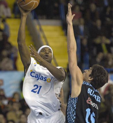 Ager lanza el balón hacia la canasta.  Foto: Manuel Gómez