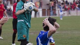 Antonio Bello se lamenta tras desperdiciar una oportunidad clara de gol.   Foto: LOF