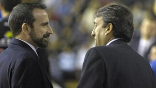 Casimiro y Joan Plaza conversan antes de empezar el partido.  Foto: Manuel Gómez