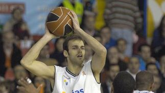 Miso controla el balón y se dispone a lanzarlo a su compañero tras la mirada de Lofton.  Foto: Manuel Gómez