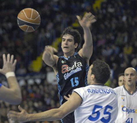 Suárez lanza el balón a su compañero ante la mirada de Radenovic y Xavi Rey.  Foto: Manuel Gómez