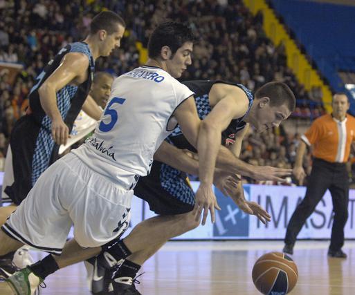 Triguero se tiró por los suelos para conseguir el balón.  Foto: Manuel Gómez