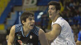 Trigueros intenta arrebatarle el balón a Suárez.  Foto: Manuel Gómez
