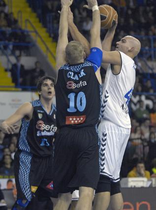 Xavi Rey se dispone a lanzar el balón a pesar de la negativa de Clark.  Foto: Manuel Gómez