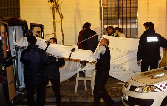 Además de los fallecidos, diez personas tuvieron que ser trasladadas al hospital, dos de ellas en estado muy grave.  Foto: Antonio Pizarro / EFE