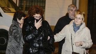 Familiares de los residentes se acercan a la residencia.  Foto: Antonio Pizarro / EFE