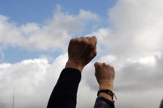 Manifestantes en Arcos alzan sus puños  Foto: Aguilar