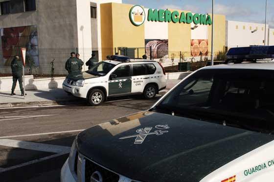 El Mercadona bajo fuerte medidas de seguridad de la Guardia Civil  Foto: Aguilar