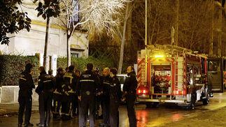 Numerosos bomberos reunidos tras apagar el incendio.  Foto: Antonio Pizarro / EFE