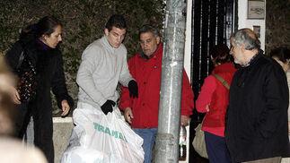 Los familiares recogen las pertenencias de los ancianos.  Foto: Antonio Pizarro / EFE