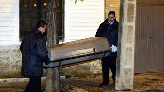 Uno de los cadáveres sale de la residencia de ancianos.  Foto: Antonio Pizarro / EFE