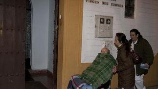 Uno de los afectados es trasladado a otra residencia cercana.  Foto: Antonio Pizarro / EFE