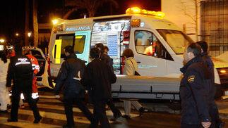 Uno de los fallecidos es trasladado fuera de la residencia.  Foto: Antonio Pizarro / EFE