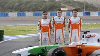 Los pilotos del equipo Force India posan ante su monoplaza en el circuito de Jerez.  Foto: Agencia
