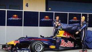 Los pilotos del equipo Red Bull presentan el nuevo monoplaza en el circuito de Jerez.  Foto: Agencia