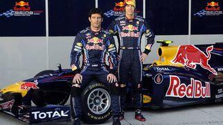 Los pilotos del equipo Red Bull posan ante el nuevo monoplaza en el circuito de Jerez.  Foto: Agencia