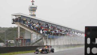 Numeroso público en las gradas a pesar de la lluvia  Foto: Juan Carlos Toro