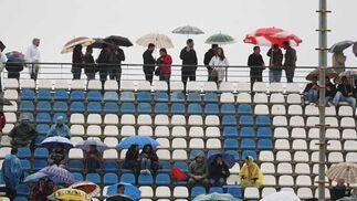 Público bajo la lluvia  Foto: Juan Carlos Toro