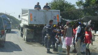 Haitianos en espera de comida y agua potable.