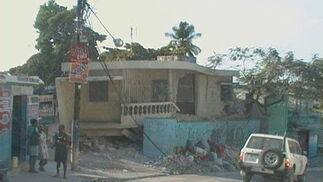En las calles se acumulan los escombros.