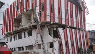 Muchos edificios están a punto de caer.