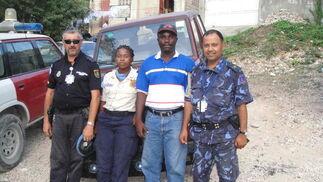 El policía granadino con un policía nepalí, una policía nacional haitiana (PNH) y el intérprete.