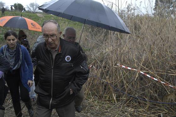 El abuelo de Marta camina seguido de varios voluntarios.  Foto: Manuel Gómez