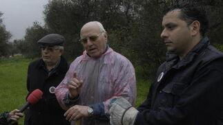 Tres de los voluntarios en la búsqueda hablan para un medio de comunicación.  Foto: Manuel Gómez