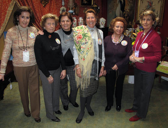Aurora Bautista, Chica Ponce de León, Tere Gonzalo, María Dolores Charlo, Conchita Ariza y María Pepa Álvarez, del puesto 'Sevilla y Olé'.  Foto: Victoria Ramírez