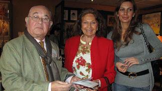 El diseñador Toni Benítez, con Maleni Loreto y Kika Aparicio, madre y hermana, respectivamente del torero Julio Aparicio.  Foto: Victoria Ramírez