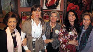Amalia Calderón, Mª Carmen de los Santos, María José Domínguez, Ángeles Delgado y Menene García-Rojo, de 'El Giraldillo'.  Foto: Victoria Ramírez