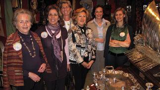 Carmen Esquivias, Pilar Recasens, Chata Ortiz, Pepa Morena, Almudena Roca de Togores y María Ibáñez de Aldecoa, del puesto 'El Postigo'.  Foto: Victoria Ramírez