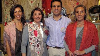 Ana Feu, Rocío Simón, José Rojas y Olga Pérez, de 'Guadalquivir' (Antigüedades Azafrán).    Foto: Victoria Ramírez
