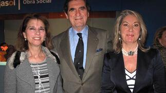 Isabel de León, marquesa de Méritos, Fernando de Parias, y María Gómez Galván (Obra Social Cajasol).    Foto: Victoria Ramírez