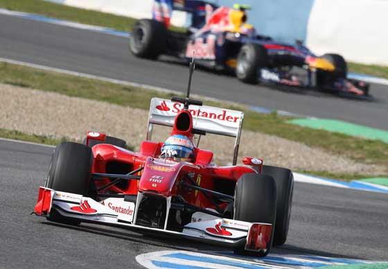 Ferrari de Fernando Alonso rodando en la pista con el monoplaza de Red Bull de fondo  Foto: Juan Carlos Toro