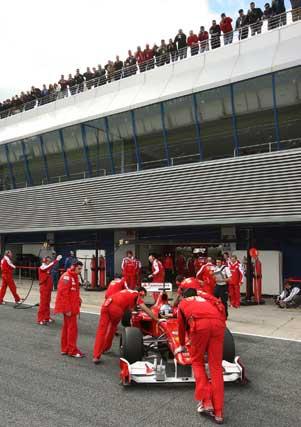Monoplaza de Alonso rodeado de mecánicos de Ferrari  Foto: Juan Carlos Toro