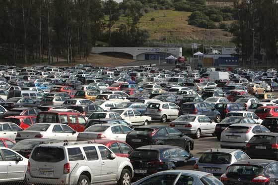 Numerosos vehículos en el aparcamiento del Circuito  Foto: Juan Carlos Toro
