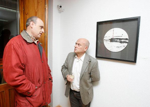 Bernardo Palomo ante una de las obras de la exposición.  Foto: Pascual
