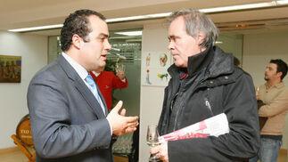 David Fernández charla con el autor Paco Conti.  Foto: Pascual