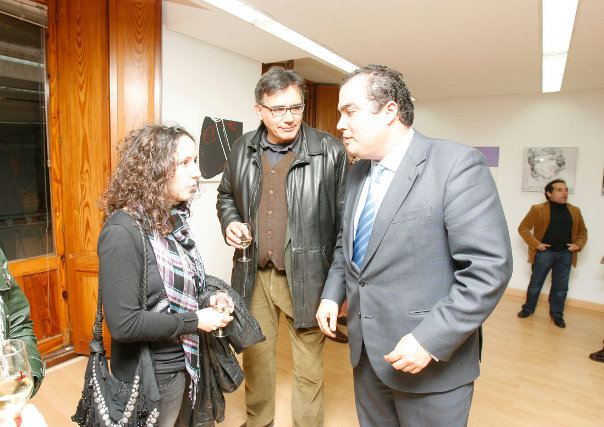 David Fernández conversa con Macarena Alés y Javier Durá, concejal del PP.   Foto: Pascual