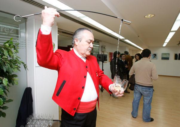 Gonzáles Byass sirve unas copas.  Foto: Pascual