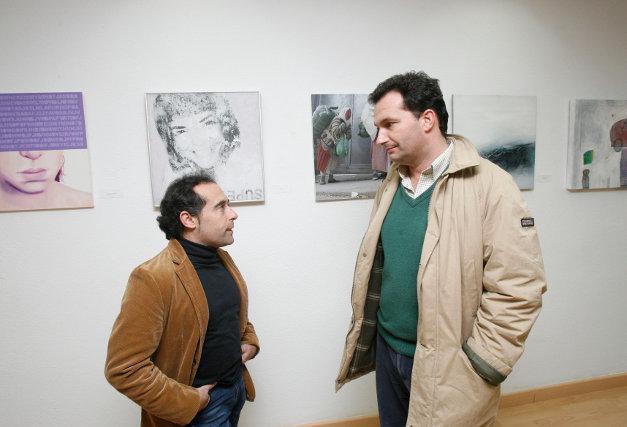 Jesús Rosa conversa con un visitante.  Foto: Pascual