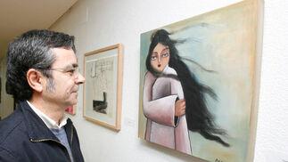 Juan Ángel González de la Calle ante una de las obras de la muestra.   Foto: Pascual